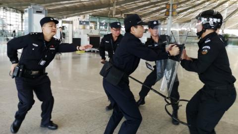 """上海铁警在全市各大火车站举办""""反恐最小作战单元""""培训班"""