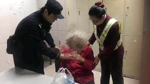 93岁阿婆地铁站迷失方向 仅凭一张购物小票民警找到回家路