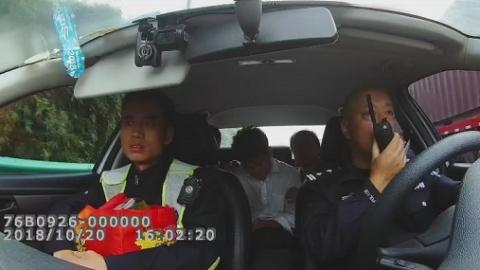 危急!货车司机搭档突发癫痫 警车变身救护车及时送医