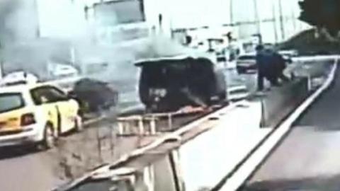 面包车冒黑烟,南新专线驾驶员折返帮助灭火