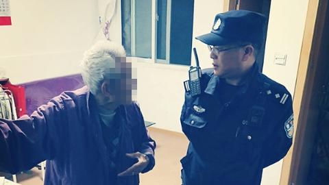 93岁独居老人回家路上迷失 民警耐心沟通送其回家
