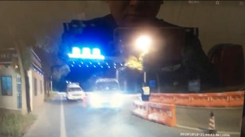 路遇盘查,一男子突然加速冲卡,被民警追上后又弃车逃离