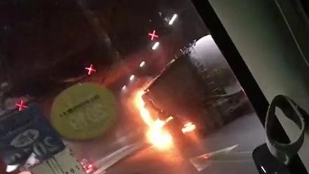 水泥槽罐车被大火吞噬,今晨长江隧道双向封闭