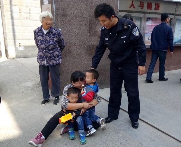双胞胎兄弟就医时走丢一个 热心警民帮忙找到了