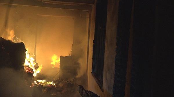 顾戴路一小区突发火灾 一居民家被烧毁
