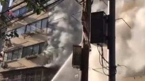 居民楼突发火灾 消防队员救出被困男子