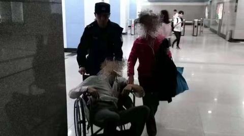 老人看病途中晕倒站台 轨交民警站务员紧急救助