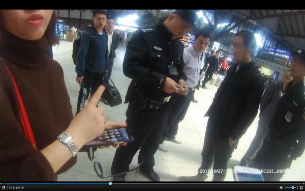 20多岁年轻男子专爱偷拍三四十岁女子裙底,在苏州火车站被抓!
