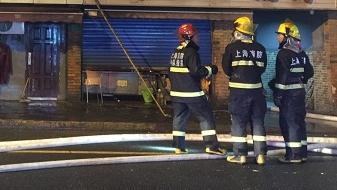 昨晚余杭路舟山路一民宅突发火灾 消防队员救出一名老伯