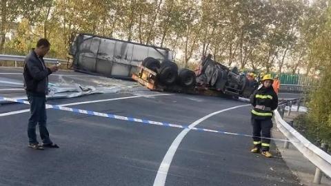 今晨绕城高速:槽罐车撞击护栏侧翻 车头罐体分离司机被卡