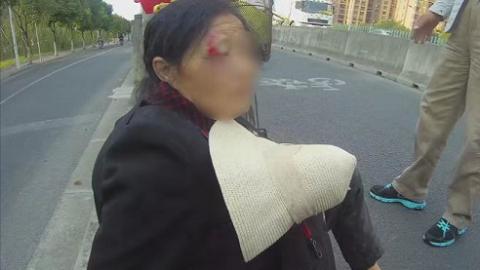七旬老人骑车下坡晕眩摔倒 警民携手及时救助
