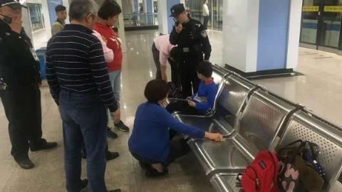险!小男孩腿卡候车椅 幸!轨交民警和消防队员成功救助