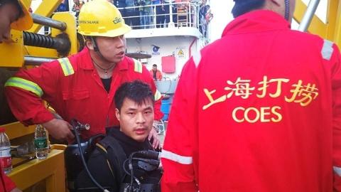 7具遗体出水 2具卡在车内 重庆坠江公交车黑匣子凌晨1时打捞出水