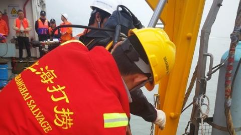 潜水员上午下水绑扎车辆 坠江公交车今日有望打捞出水