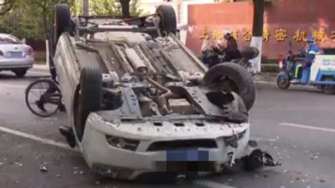 轿车撞上路灯杆 四脚朝天受损严重