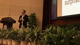 世界顶尖科学家论坛结束,这位诺奖得主来到上海海事大学,给年轻人四条建议
