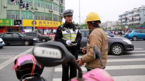 上海一交警贴单前鸣警笛提醒获好评