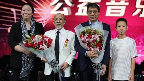 """曹鹏、徐根宝获颁""""关爱青少年成长特别贡献奖""""金质奖章"""