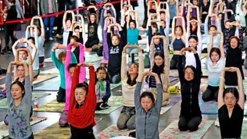 艺术天空下 剧场大厅变身瑜伽教室 百位市民用身体倾听音乐