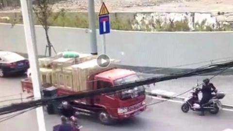 """双阳路上空调""""飞""""下货车险些砸到路人"""