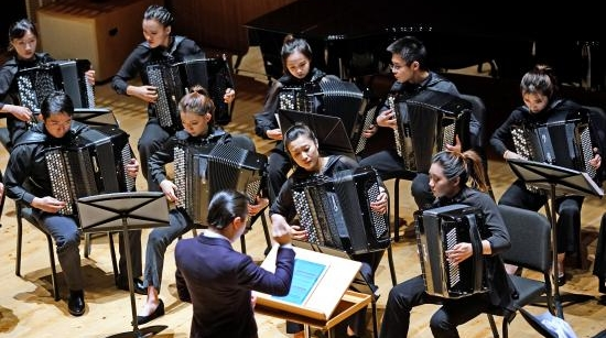 """24台巴扬演绎24个声部,""""编织""""一曲丝绸之路上的《风乐》"""