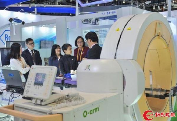 美敦力展台在为其他展商推荐O型臂术中影像系统.JPG