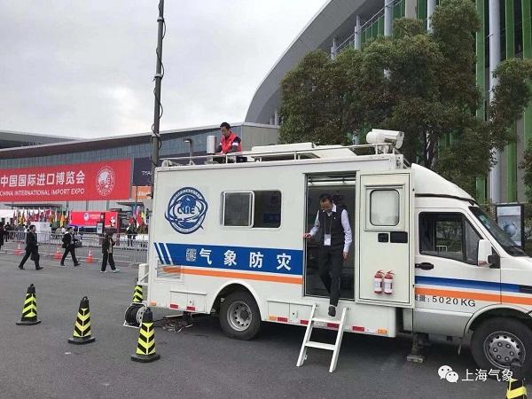进博会现场,移动观测车中上海气象工作者正在加密观测.JPG