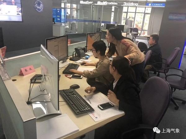 进博气象台成员专注制作进博会气象服务专报.JPG