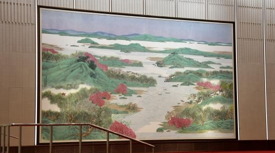 进博会里这幅巨大的《春风又绿江南岸》是怎么画出来的?