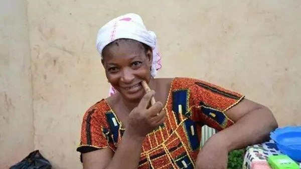 塞内加尔人用树枝刷牙,皱纹满脸,牙齿不倒