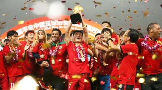 上港提前一轮夺冠 现场多图还原胜利庆祝时刻