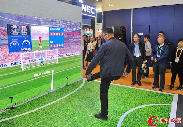 在诺基亚展台,5G环境下的VR射门游戏人气很旺(陶磊 摄).jpg