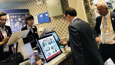 移动支付助力进博会 外国客商轻松体验频频称赞