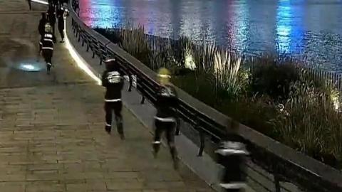 女子酒后翻越护栏自拍跌入黄浦江 警民合力救助