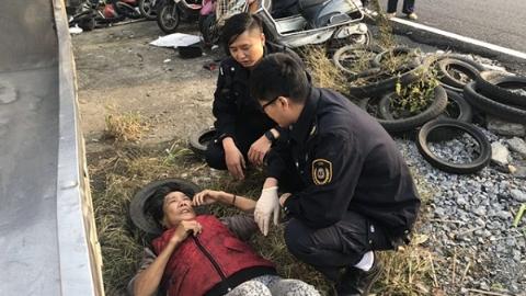 阿婆高血压发作躺倒路边头  民警救助化险情