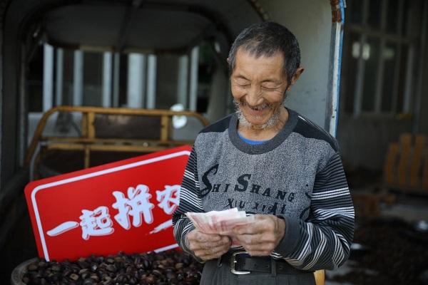 湖北大洪山板栗通过拼多多大卖,农户喜笑颜开.jpg