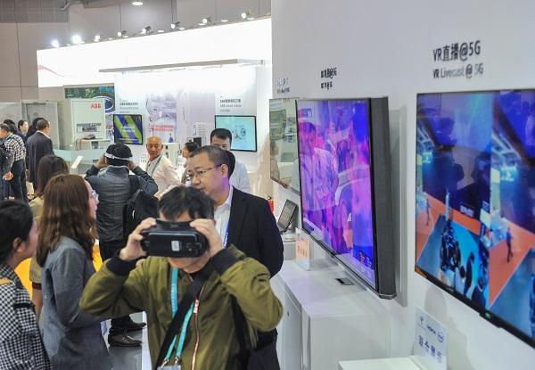 诺基亚在进博会展示5G环境下的VR直播(陶磊 摄).jpg