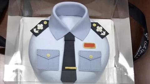 """松江民警获奇礼 """"警服""""蛋糕传佳话"""