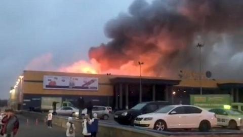 俄罗斯圣彼得堡一大型超市起火致整个顶部坍塌