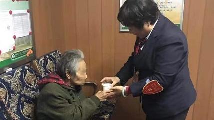 【暖新闻】阿兹海默症阿婆公交站迷途 调度员相助找到家人