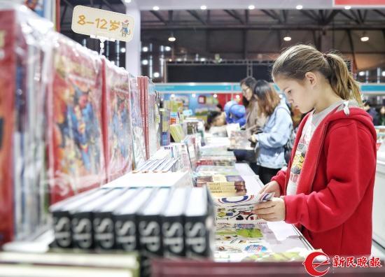 图说:外国小朋友正在阅读 新民晚报记者 李铭珅 摄