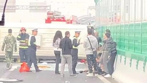 华夏高架上发生中巴侧翻 4人受轻伤
