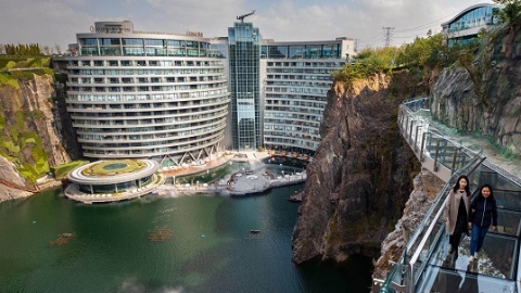 深坑酒店开业了!从自然伤痕到建筑奇迹,它是首个造在废石坑内的自然生态酒店