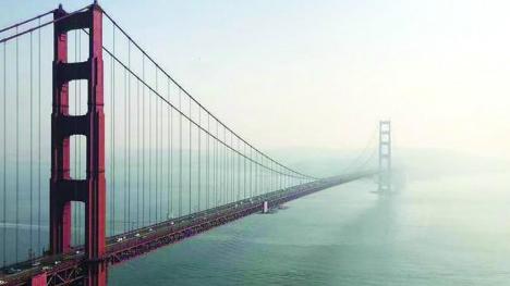 """加州山火""""坎普""""浓烟致严重污染 金门大桥几乎被烟雾遮蔽"""