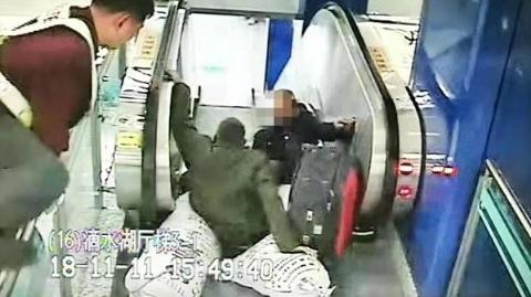 """两名老伯和三个大包裹在自动扶梯上滚作一团,轨交站长""""跨栏""""按停"""