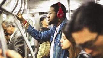 """环球社会   法国年轻人用耳朵""""读""""书"""