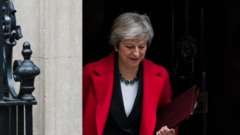 """因不满""""脱欧""""草案4名英国高官请辞 英镑汇率暴跌 特雷莎·梅宝座动摇"""