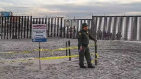 """面对""""移民大篷车"""" 美国边境警察抱怨过不成感恩节"""