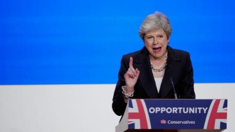 """英保守党欲""""逼宫""""选民仍望首相连任"""