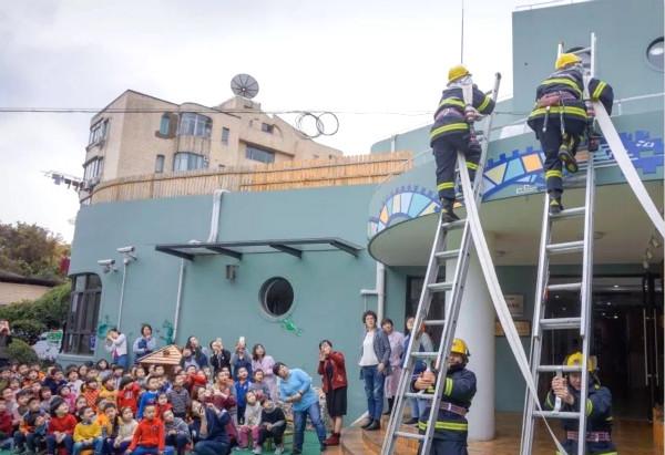 实验幼儿园,小朋友们早早就在操场上整齐地等待着消防员叔叔们的出现.